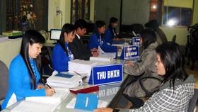 Gần 40.000 lao động chưa được đóng bảo hiểm xã hội. Trong ảnh: Đại diện doanh nghiệp đóng BHXH cho người lao động (ảnh minh họa)