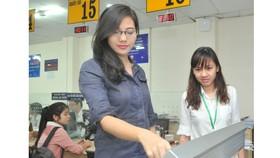 Gửi biểu mẫu đăng ký kinh doanh qua mạng tại Sở Kế hoạch và Đầu tư TPHCM. Ảnh: CAO THĂNG