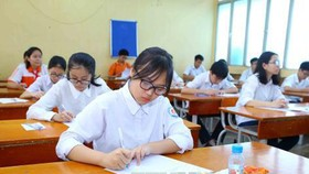 Thí sinh chuẩn bị bước vào môn thi đầu tiên môn Ngữ Văn tại điểm thi trường THPT Nguyễn Trãi. Ảnh: TTXVN