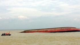 Đội thợ lặn của Trung tâm phối hợp tìm kiếm cứu nạn hàng hải Việt Nam tiếp cận tàu để tiến hành lặn tìm kiếm các thuyền viên trong tàu VTB 26