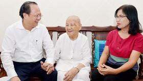 Phó Bí thư Thường trực Thành ủy TPHCM Tất Thành Cang thăm hỏi Mẹ Việt Nam anh hùng Nguyễn Thị Tường nhân Ngày Thương Binh - Liệt sĩ. Ảnh: VIỆT DŨNG