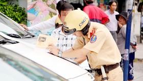 Cảnh sát giao thông xử lý vi phạm trên đường Nguyễn Thị Minh Khai (quận 1, TPHCM)