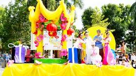 Xe hoa diễu hành với chú Cuội, chị Hằng, Thỏ Ngọc  tại Công viên Văn hóa Đầm Sen