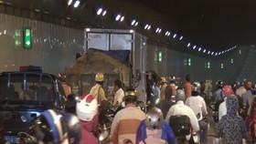 Va chạm liên hoàn ở hầm vượt sông Sài Gòn, ôtô 5 tỷ hư hỏng
