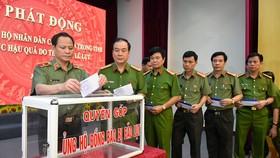 Các đồng chí trong Ban Giám đốc Công an tỉnh Thanh Hóa trực tiếp quyên góp ủng hộ đồng bào bị thiệt hại do mưa lũ