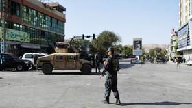 Nhân viên an ninh Afghanistan đang đứng canh giữ gần nơi xảy ra vụ tấn công tự sát nhằm vào một nhà thờ Hồi giáo Shiite ở Kabul vào ngày 25-8-2017