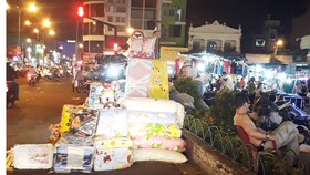 Chợ đêm tràn ra lòng đường