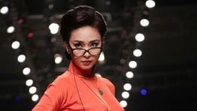 """Ngô Thanh Vân tái xuất sàn catwalk, đẹp hút hồn trong BST """"Cô Ba Sài Gòn"""""""