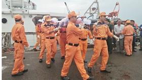 Đưa thi thể 2 ngư dân tàu cá BĐ 30366 TS vào bờ