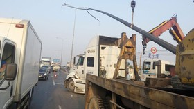 VIDEO: Xe container húc gãy cột đèn chiếu sáng, quốc lộ 1 ùn ứ kéo dài