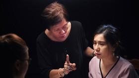 """Biên kịch Việt Linh đang hướng dẫn diễn viên trong phim """"Ở đây có nắng"""""""