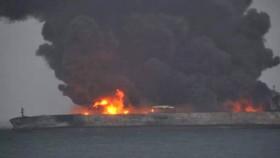 Tàu chở dầu Sanchi của Iran cháy dữ dội sau khi đụng tàu chở hàng CF Crystal của Trung Quốc ở biển Hoa Đông tối 6-1-2018. Ảnh: XINHUA