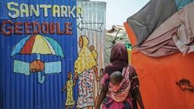 Một phụ nữ vào trại tị nạn Wedeo ở thủ đô Mogadishu của Somalia, nơi dành cho người chạy trốn khỏi al-Shabab