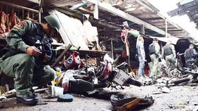 Lực lượng chức năng kiểm tra hiện trường vụ đánh bom xe máy tại chợ Pimolchai ở quận Muang, Yala, vào sáng 21-1. Ảnh: Bangkok Post
