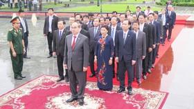 Đoàn lãnh đạo cấp cao TPHCM tại Đài tưởng niệm quân tình nguyện Việt Nam tạiThủ đô Phnom Penh, Campuchia. Ảnh: KIỀU PHONG