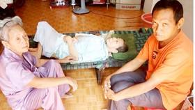Cụ bà 81 tuổi chăm 2 con bệnh tật
