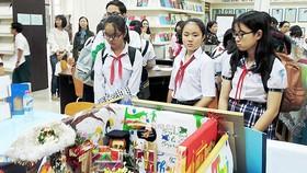 """Học sinh tham quan các mô hình sáng tạo được triển lãm tại Hội thi """"Lớn lên cùng sách"""""""