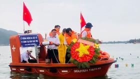 Cựu binh Trường Sa  thả vòng hoa tưởng niệm  64 đồng đội nằm lại ở Gạc Ma