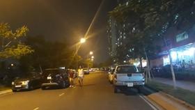 Đường giao thông nội bộ chung cư Sunview Town  bị ô tô chiếm dụng đậu xe thành 3 hàng