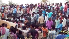 Tàu lửa tông xe buýt chở học sinh, hàng chục người thương vong