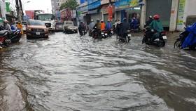 Sau cơn mưa lớn đầu giờ chiều, một số nơi ngập