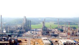 Nhà máy lọc dầu Dung Quất xây dựng trong KKT Dung Quất với hệ thống cảng biển nước sâu và  vịnh kín gió đã tạo nên một vị trí chiến lược trong Vùng KTTĐ miền Trung