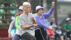 Người cao tuổi tập thể dục tại Công viên Văn hóa Tao Đàn (quận 1). Ảnh: HOÀNG HÙNG