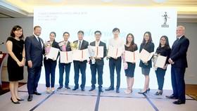 Ông Mark Billington, Giám đốc ICAEW khu vực Đông Nam Á (ngoài cùng bên phải) và ông Ed Vaizey, Đặc phái viên thương mại của Thủ tướng Anh tại Việt Nam, Lào, Campuchia (thứ 2 từ trái sang)  trao chứng chỉ CFAB cho các học viên tại TPHCM