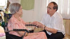 Bí thư Thành ủy TPHCM Nguyễn Thiện Nhân ân cần thăm hỏi đồng chí Nguyễn Thị Vân, phu nhân Tổng Bí thư Lê Duẩn