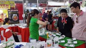 Người dân đến với Tuần lễ sản phẩm doanh nghiệp TPHCM
