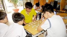 Các em nhỏ trong nhà tình thương họ đạo Búng vui chơi trước giờ ăn trưa
