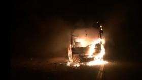 Cháy xe khách giường nằm trên đèo Pha Đin