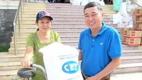 Đại diện CEP chi nhánh quận 8 tặng quà cho khách hàng vay vốn tại CEP