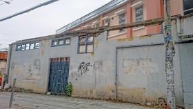 Nguy cơ cao sập hàng rào bên hông Bệnh viện Trưng Vương