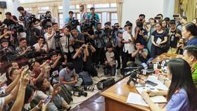 Rất đông phóng viên các báo đài có mặt tại buổi họp báo để đưa tin