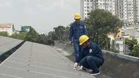 Ngành điện lắp đặt công trình điện mặt trời  trên mái nhà cho một đơn vị