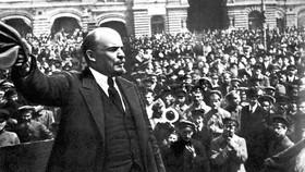 Lênin đọc diễn văn tại Quảng trường Đỏ ở Mátxcơva trước các đơn vị  của khóa huấn luyện quân sự toàn dân 25-5-1919. Ảnh: Tư liệu