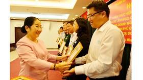 Phó Bí thư Thành ủy TPHCM Võ Thị Dung khen tặng những đơn vị làm tốt công tác chỉ đạo, xây dựng quan hệ lao động hài hòa, ổn định trong doanh nghiệp. Ảnh: VIỆT DŨNG
