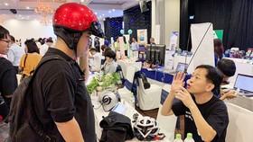 Một startup Hàn Quốc giới thiệu nón bảo hiểm thông minh  tại Tuần lễ Khởi nghiệp sáng tạo vừa qua tại TPHCM. Ảnh: T.Ba