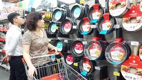 Người tiêu dùng chọn mua các sản phẩm nhà bếp giảm giá mạnh trước tết tại siêu thị Co.opmart
