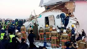 Lực lượng chức năng có mặt tại hiện trường vụ tai nạn. Ảnh: CNN