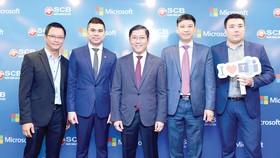 Đại diện lãnh đạo SCB, Microsoft Việt Nam và Sofline chụp ảnh tại chương trình