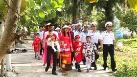 Cán bộ - chiến sĩ và người dân trên đảo Song Tử Tây