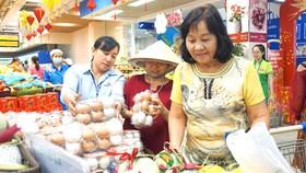 Khách hàng chọn mua trứng gia cầm tại siêu thị Co.opmart