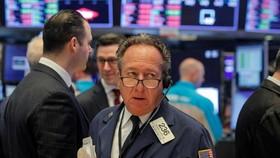 Thị trường chứng khoán Mỹ giảm điểm vì 2019- nCoV. Trong ảnh: Thương nhân tại Sở giao dịch chứng khoán New York (NYSE) tại New York, Mỹ ngày 21-1-2020. Ảnh: REUTERS