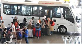 Xe chờ đón khách du lịch đi tour tại sân bay Tân Sơn Nhất. Ảnh: CAO THĂNG