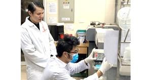TS Lê Quang Hòa và đồng nghiệp trong phòng thí nghiệm
