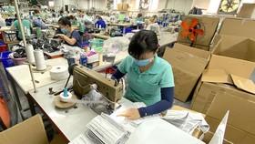 Sản xuất khẩu trang tại TPHCM ngày 12-2-2020. Ảnh: Tuyết Trinh