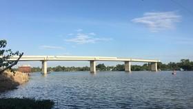 Cầu Long Đại đã vươn ra giữa sông nhưng chưa biết khi nào  nối đôi bờ