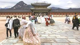 Khách du lịch tự bảo vệ bằng khẩu trang khi đến Seoul, Hàn Quốc